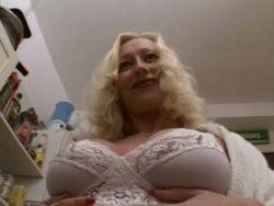 Die kurvige Hausfrau Kate England hat unerwarteten Sex in der Küche
