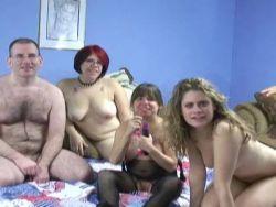 Nackt frauen präsentieren sich Busty Amateur
