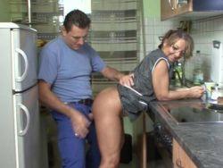 In hausfrauen küche nackt der Zeigefreudige Hausfrau